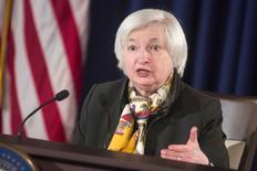 La presidenta de la Reserva Federal, Janet Yellen, habla en una rueda de prensa en Washington. 18 de marzo de 2015. La Reserva Federal de Estados Unidos se acercó un paso más a una muy anticipada subida de tasas de interés, que sería la primera desde el 2006, pero bajó sus proyecciones de crecimiento económico e inflación lo que señala que no tiene prisa en llevar los costos del endeudamiento a niveles más normales.  REUTERS/Joshua Roberts