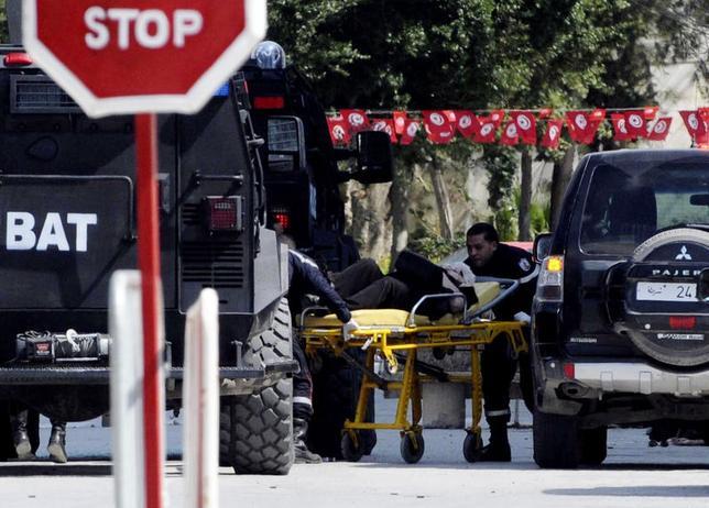 3月18日、チュニジアの博物館で、銃を持った武装集団が外国人観光客らを襲撃。同国のハビーブ・シド首相によると、日本人5人を含む19人が死亡した。写真は担架で運ばれる負傷者。(2015年 ロイター)