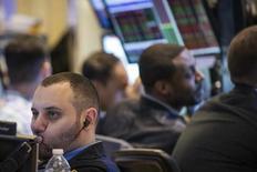 Трейдеры на фондовой бирже в Нью-Йорке. 17 марта 2015 года. Фондовые рынки США выросли в среду, так как ФРС дала понять, что не будет спешить с повышением процентных ставок. REUTERS/Brendan McDermid