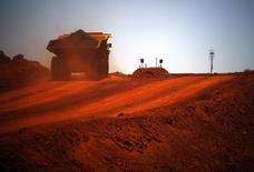 Карьерный самосвал везет железную руду с карьера Fortescue в Австралии. 2 декабря 2013 года. Один из крупнейших в РФ сталеваров Магнитогорский металлургический комбинат не станет продавать свой 5-процентный пакет акций в австралийском горно-металлургическом гиганте Fortescue Metals до восстановления рынка, сказал в четверг основной владелец российской компании. REUTERS/David Gray