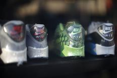 Кроссовки Nike в магазине в Лос-Анджелесе 10 марта 2015 года. Квартальная прибыль крупнейшего в мире производителя спорттоваров Nike Inc превысила прогнозы, однако компания предупредила о возможном негативном влиянии сильного доллара на результаты в текущем квартале. REUTERS/Lucy Nicholson