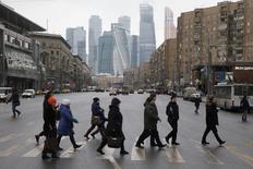 Люди переходят дорогу в Москве 29 января 2015 года. Выходные принесут в Москву похолодание, свидетельствует усреднённый прогноз, составленный на основании данных Гидрометцентра России, сайтов intellicast.com и gismeteo.ru. REUTERS/Maxim Zmeyev