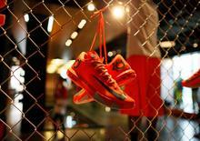 Nike, numéro un mondial des articles de sport, a réalisé un bénéfice trimestriel en hausse de 16% et meilleur que prévu à la faveur d'une forte demande pour ses vêtements et chaussures de sport. Le titre gagnait jusqu'à 4% dans les échanges d'après-Bourse. /Photo d'archives/REUTERS/Lucy Nicholson