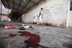 Кровь рядом с мечетью в Сане, где произошел взрыв. 20 марта 2015 года. По меньшей мере 126 человек погибли в результате взрывов, устроенных четырьмя смертниками в двух мечетях столицы Йемена Саны во время пятничной молитвы, сообщил Рейтер источник в местной службе здравоохранения. REUTERS/Mohamed al-Sayaghi