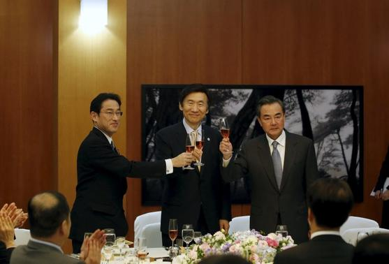 (L-R) Japanese Foreign Minister Fumio Kishida, South Korean Foreign Minister Yun Byung-se and Chinese Foreign Minister Wang Yi make a toast during a banquet at the South Korean Foreign Minister's residence in Seoul March 21, 2015. REUTERS-Kim Hong-Ji