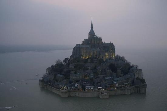 仏モンサンミシェルに18年ぶり大潮、観光客押し寄せる