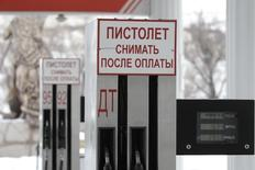 Fuel pumps are seen at a petrol station in the village of Izveshchatelnyy, south of Stavropol January 12, 2015. Picture taken January 12, 2015.  REUTERS/Eduard Korniyenko