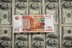 Банкноты доллара США и российского рубля. Сараево, 9 марта 2015 года. Рубль в понедельник утром вырос к иностранным валютам на фоне налогового периода и под влиянием итогов последнего заседания ФРС, оказывающего давление на американскую валюту, но понижение котировок нефти ограничивает рост российских активов. REUTERS/Dado Ruvic