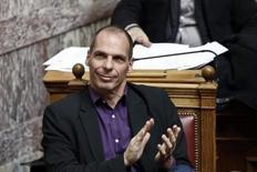 En la imagen, Yanis Varoufakis, aplaude durante una sesión del parlamento en Atenas. 18 de marzo,  2015. El ministro de Finanzas de Grecia, Yanis Varoufakis, canceló un viaje que tenía planeado a Londres para el martes, dijo el lunes la embajada griega. REUTERS/Alkis Konstantinidis