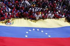 Imagen de archivo de unos partidarios del Gobierno de Nicolás Maduro en un mitin en Caracas, mar 22 2014. El Gobierno socialista de Venezuela solicitó la revisión de un fallo emitido por el tribunal arbitral del Banco Mundial que le ordena pagar a Tidewater 46 millones de dólares por la expropiación de sus activos en el país sudamericano, dijo el ministerio de Petróleo y Minería. REUTERS/Marco Bello