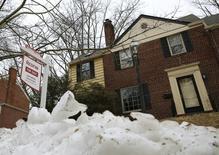 Una vivienda a la venta en Silver Spring, EEUU, feb 21 2014. Las ventas de casas usadas en Estados Unidos repuntaron menos de lo previsto en febrero pues una persistente escasez de propiedades en el mercado elevó los precios, sugiriendo que la temporada de ventas de la primavera boreal será desafiante. REUTERS/Gary Cameron