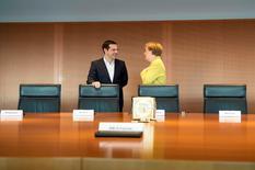 """Le Premier ministre grec Alexis Tsipras, lors de sa première visite lundi à Berlin en tant que chef de gouvernement, a dit espérer un """"nouveau départ"""" dans les relations entre son pays et l'Allemagne. /Photo prise le 23 mars 2015/REUTERS/Guido Bergmann/Bundesregierung"""