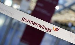Ограничительная лента с логотипом Germanwings в аэропорту Берлина. 12 февраля 2015 года. Самолет Airbus A320 компании Germanwings, совершавший рейс между Дюссельдорфом и Барселоной, разбился на юге Франции, сообщили во вторник полиция и местная авиационная служба. REUTERS/Fabrizio Bensch