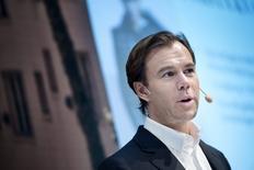 Le directeur général de Hennes & Mauritz (H&M), Karl-Johan Persson. La deuxième chaîne mondiale de prêt-à-porter a dégagé un bénéfice imposable supérieur aux attentes sur le premier trimestre de son exercice fiscal, clos fin février mais s'attend à ce que la vigueur du dollar pèse sur ses coûts d'approvisionnement. /Photo prise le 24 mars 2015/REUTERS/Jessica Gow/TT News Agency