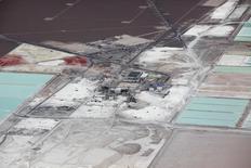 Imagen de archivo de la planta de procesamiento de litio de SQM en el Salar de Atacama, Chile. 10 de enero, 2013. Una firma de abogados presentó en Nueva York una demanda colectiva contra ejecutivos de la firma chilena SQM, en reclamo de compensaciones por los perjuicios que habría ocasionado a su patrimonio el escándalo financiero que afecta a la minera, informó el martes un diario. REUTERS/Ivan Alvarado
