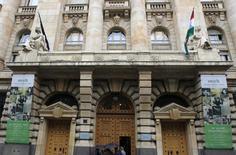 Вход в здание Национального банка Венгрии в Будапеште. 14 марта 2013 года. Центробанк Венгрии во вторник сократил ключевую ставку впервые за восемь месяцев, так как падение цен на нефть и слабая активность в еврозоне замедлили и без того низкую инфляцию в стране. REUTERS/Laszlo Balogh