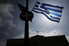 Una bandera de Grecia flameando frente al edificio del Parlamento en Atenas, mar 24 2015. Grecia se quedará sin dinero para el 20 de abril a menos que reciba asistencia adicional de los acreedores, dijo a Reuters el martes una fuente familiarizada con el tema.  REUTERS/Alkis Konstantinidis