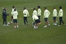 Técnico Dunga comanda treino da seleção brasileira em Paris. 24/03/2015 REUTERS/Gonzalo Fuentes