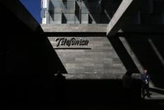 L'espagnol Telefonica a l'intention de lever trois milliards d'euros par le biais d'une augmentation de capital pour financer le rachat du brésilien GVT, filiale du français Vivendi. /Photo prise le 25 février 2015/REUTERS/Juan Medina