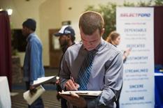 En la imagen, Nikolai Jones rellena una solicitud en una feria laboral en Williston, EEUU, mar 11 2015. El número de estadounidenses que pidieron por primera vez el seguro de desempleo bajó más de lo previsto la semana pasada, apuntando a un mercado laboral saludable y en expansión. REUTERS/Andrew Cullen