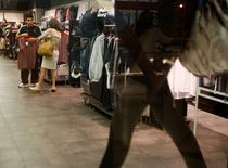 Imagen de archivo de una tienda comercial en Buenos Aires, dic 15 2008. La economía de Argentina habría mostrado un avance del 0,3 por ciento interanual en enero, apoyada por una mejora en el consumo debido a las continuas medidas implementadas desde el Gobierno para sostener la actividad, según un sondeo de Reuters publicado el jueves.  REUTERS/Enrique Marcarian