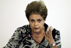 La police brésilienne a mis au jour d'un système de fraude fiscale et de corruption au sein d'une entité du ministère des Finances susceptible de représenter jusqu'à 19 milliards de reais (5,5 milliards d'euros). Cette nouvelle affaire intervient au beau milieu du scandale de corruption entourant la compagnie pétrolière publique Petrobras, qui a entraîné une chute de la popularité de la présidente Dilma Rousseff, (photo). /Photo prise le 24 mars 2015/REUTERS/Ueslei Marcelino