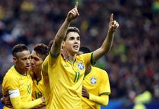 Oscar comemora gol marcado em amistoso contra a França no Stade de France, em Paris. 26/03/2015 REUTERS/Charles Platiau