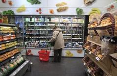 Магазин Spar в Будапеште. 26 ноября 2014 года. Второй по выручке ритейлер в РФ Х5 Retail Group <PJPq.L> может купить сеть супермаркетов, работающую под вывеской Spar, сообщила газета Ведомости в пятницу. REUTERS/Bernadett Szabo