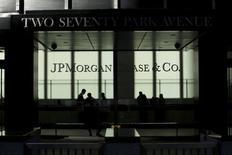 Люди в штаб-квартире  JPMorgan в Нью-Йорке 25 октября 2013 года.  Американский банк JPMorgan сохранил за собой место самого успешного инвестиционного банка в 2014 году, хотя его выручка упала на 6 процентов. REUTERS/Eduardo Munoz