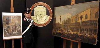 """Policial italiano ao lado de quadro de Pablo Picasso """"Violino e Garrafa sobre a Mesa"""" (esquerda) em Roma. REUTERS/Polícia da Itália/Divulgação via Reuters"""