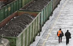 Вагоны с углем на ж/д станции Злобино в Красноярске. 26 ноября 2014 года. Крупнейший в РФ железнодорожный контейнерный оператор Трансконтейнер снизил чистую прибыль по международным стандартам в 2014 году на 38,8 процента до 3,658 миллиарда рублей, сообщила компания в понедельник. REUTERS/Ilya Naymushin