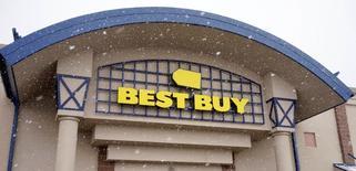 Best Buy, à suivre lundi sur les marchés américains. Le numéro un américain de la distribution d'électronique grand public a annoncé une réorganisation de son réseau de magasins au Canada, son deuxième marché, avec un impact négatif attendu sur ses résultats de cette année. /Photo prise le 3 mars 2015/REUTERS/Rick Wilking