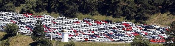 Vehículos nuevos de Volkswagen en la planta de la compañía en Sao Bernardo do Campo, Brasil, ago 20 2014. Volkswagen entregó licencias por tres semanas a 4.200 trabajadores de su segunda mayor fábrica en Brasil, dijo el lunes un sindicato local, luego de que una crisis en la demanda forzara a las automotrices del país a regular el exceso de capacidad.  REUTERS/Paulo Whitaker