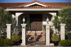 Flores colocadas na porta da casa de Robin Williams em Tiburon, Califórnia. 11/08/2014.  REUTERS/Stephen Lam