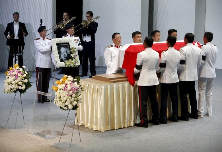 Pallbearers carry the casket of former leader Lee Kuan Yew as they depart for the final journey to the crematorium at the University Cultural Centre at the National University of Singapore March 29, 2015. REUTERS/Edgar Su