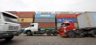 Camiones pasando por el puerto de Santos, Brasil, feb 25 2015. Brasil reportó un inesperado déficit presupuestario primario de 2.300 millones de reales (721 millones de dólares) en febrero, mostraron datos del banco central publicados el martes, que remarcan los desafíos del Gobierno para alcanzar su meta fiscal este año.     REUTERS/Paulo Whitaker