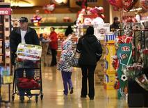 Unos clientes al interior de una tienda de la cadena Safeway en Wheaton, EEUU, feb 13 2015. La confianza del consumidor estadounidense repuntó con fuerza en marzo ante el optimismo sobre el mercado laboral, una señal alentadora de que la reciente desaceleración brusca de la actividad económica será temporal.   REUTERS/Gary Cameron