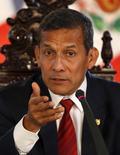El mandatario peruano, Ollanta Humala, en una rueda de prensa con medios extranjero en Lima, mar 2 2015. El mandatario peruano, Ollanta Humala, buscaba el martes a un nuevo primer ministro tras la censura del Congreso a la actual jefa de gabinete debido a acusaciones de espionaje a opositores, un escenario que complica al Gobierno a un año de las elecciones presidenciales.  REUTERS/ Mariana Bazo