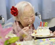 Японка Мисао Окава ест торт в свой 116-й день рождения. 5 марта 2014 года. Японка Мисао Окава, носившая статус старейшего человека на Земле, умерла в среду в возрасте 117 лет, сообщили японские СМИ. REUTERS/Kyodo