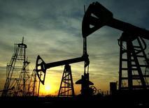 Нефтяное месторождение в Баку. 16 октября 2005 года. Азербайджан сверстает бюджет на 2016 год исходя из цены нефти $50 за баррель по сравнению с $90 в бюджете текущего года, сказал глава Центробанка Эльман Рустамов. REUTERS/David Mdzinarishvili