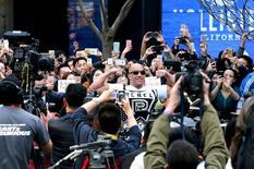 """Vin Diesel posa para foto em evento promocional de """"Velozes e Furiosos 7"""" em Pequim. 26/03/2015.   REUTERS/China Daily"""