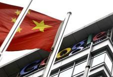 Une autorité chinoise de régulation d'internet a jugé jeudi inacceptable la décision de Google de ne pas reconnaître ses certificats de confiance, l'initiative du géant américain étant susceptible de détourner les utilisateurs du navigateur Chrome des sites approuvés par cette autorité. /Photo d'archives/REUTERS/Jason Lee