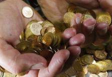 Монеты по 50 и 10 копеек. Красноярск, 6 ноября 2014 года. Два российских стабилизационных фонда сократились к 1 апреля 2015 года до 8,8 триллиона рублей, или $150 миллиардов, а часть одного из них - ФНБ - была переведена из ликвидных активов в капитал госкомпаний. REUTERS/Ilya Naymushin