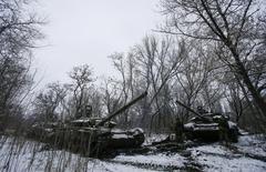 Танки пророссийских сепаратистов близ Горловки. 10 февраля 2015 года. Украина, Россия и пророссийские сепаратисты обсуждают возможность расширить перечень вооружений, подлежащих отводу от линии разграничения на востоке Украины, включив в него танки и артиллерийские системы меньшего калибра. REUTERS/Maxim Shemetov