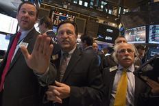 Трейдеры на торгах Нью-Йоркской фондовой биржи 13 октября 2014 года. Американские фондовые индексы выросли в четверг после двух дней снижения в результате хорошей статистики о занятости, но разнонаправленные данные, вышедшие на этой неделе, держали инвесторов в напряжении перед пятничным докладом о рынке труда. REUTERS/Darren Ornitz