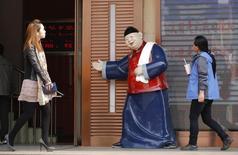 Distrito comercial de Pekín, 3 abr, 2013. El sector de servicios de China creció en marzo, aún cuando el empleo y los nuevos negocios se desaceleraron a su menor ritmo de expansión en al menos ocho meses, mostró el viernes un sondeo privado, en una nueva señal de que la débil economía china podría necesitar un mayor respaldo de política. REUTERS/Kim Kyung-Hoon