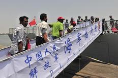 Cidadãos estrangeiros embarcando em navio chinês durante retidada de Áden.  02/04/2015   REUTERS/Stringer