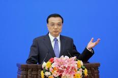 El primer ministro chino, Li Keqiang, habla en un foro económico en Pekín en una imagen de archivo. 27 de marzo de 2015 in Beijing. China planea reducir las exigencias y costos para que las empresas locales amplíen su alcance en el extranjero y crezcan evitando una desaceleración económica, según un comunicado del Consejo de Estado. REUTERS/Feng Li/Pool - RTR4V35I