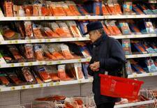 Мужчина в гипермаркете Ашан в Москве. 15 января 2015 года. Рост индекса потребительских цен в России в марте 2015 года составил 1,2 процента в месячном и 16,9 процента в годовом выражении, сообщил Росстат. REUTERS/Maxim Zmeyev