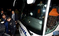 Marcas de tiros no ônibus do Fenerbahçe.  05/04/2015  REUTERS/Stringer